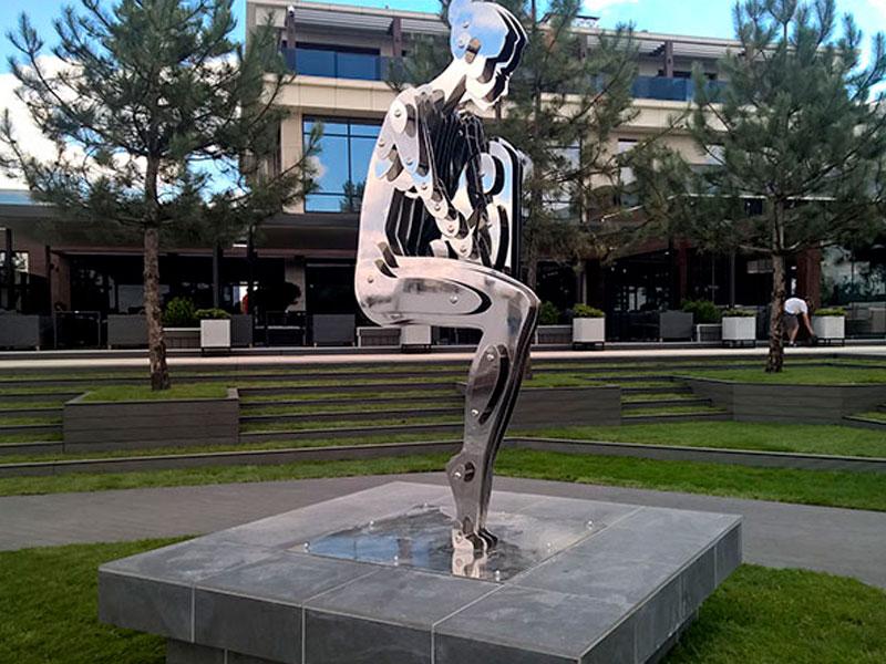 Скульптура девушки в парке из нержавейки