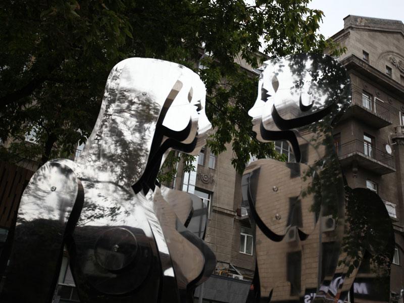 Скульптура девушка и мужчина из нержавейки