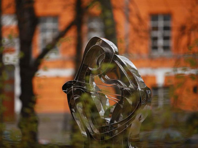 Скульптура из нержавейки Любовь Вселенная